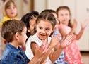 Kinder machen Gebärdensprache
