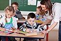 Lehrerin mit Schülerinnen und Schülern