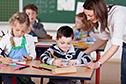 Kinder mit Lehrerin in Schule